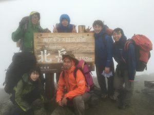 雨の北岳山頂